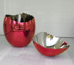 Jeff Koons - Cracked Egg (Red), 1994-2006, mirror-polished stainless steel with transparent color coating