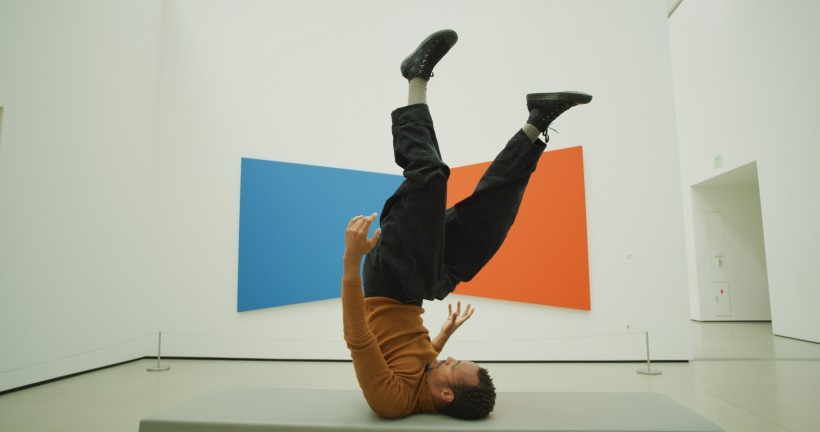 Photo of dancer Mike Tyus perfoming in front of Ellsworth Kelly's Blue Red